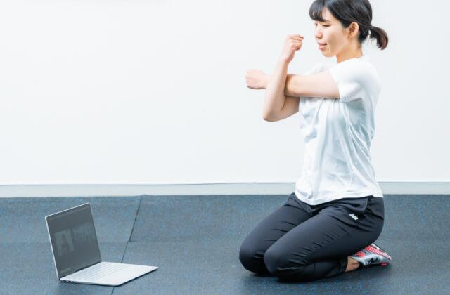 オンライントレーニング10min ONLINEで運動をする女性